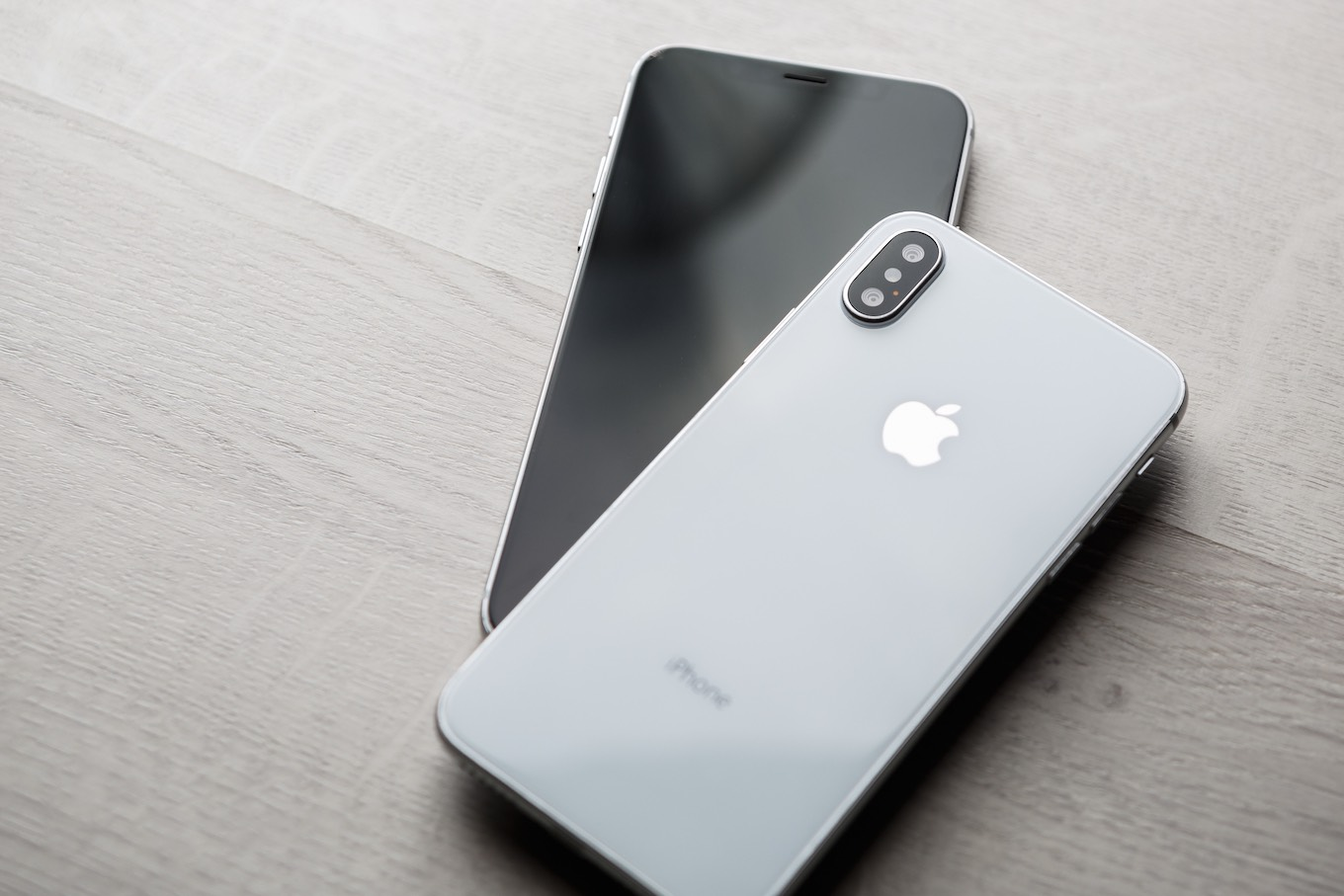 iPhhone X and iPhone XS side-by-side