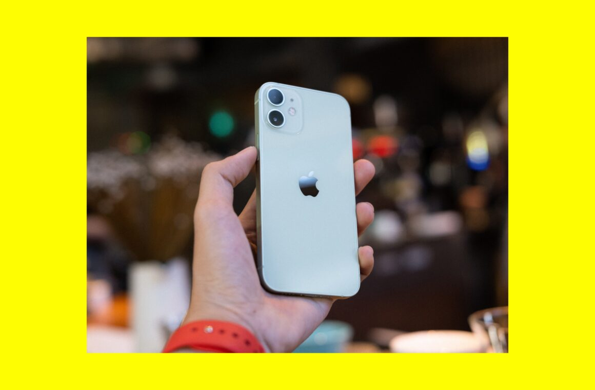 iPhone 12 mini vs. iPhone SE 2020: Which petite iPhone should you get: Header image